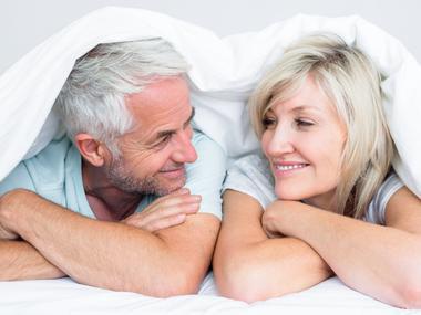 Manželia ocenia partnerské matrace s rôznou tuhosťou